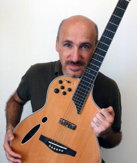 Alla chitarra Andrea Maddalone